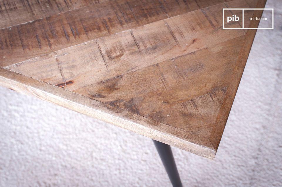Die Holzplatte besteht aus einer Fischgrätanordnung aus Dutzenden von Holzstücken
