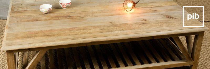 Tische aus rohem Holz