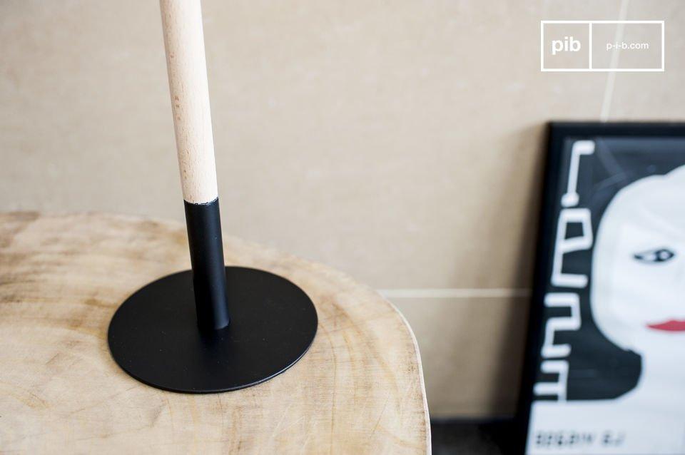 Der Fuß der Tischlampe Palitö besteht einerseits aus schwarzem Metall und andererseits aus hellem Holz