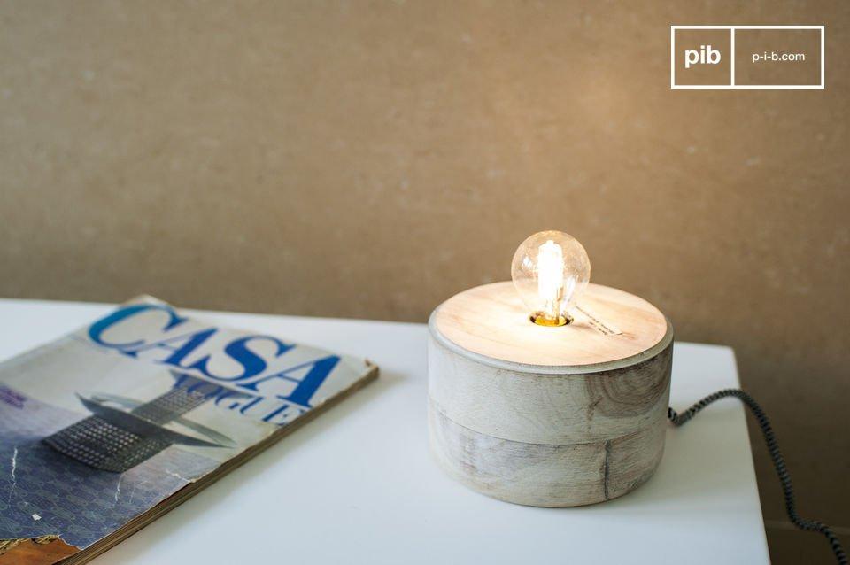 Eine kleine Designer Lampe aus Holz und Metall