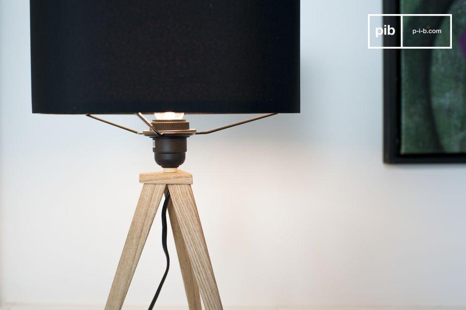 Eine Dreifuß-Leuchte mit elegantem Lampenschirm