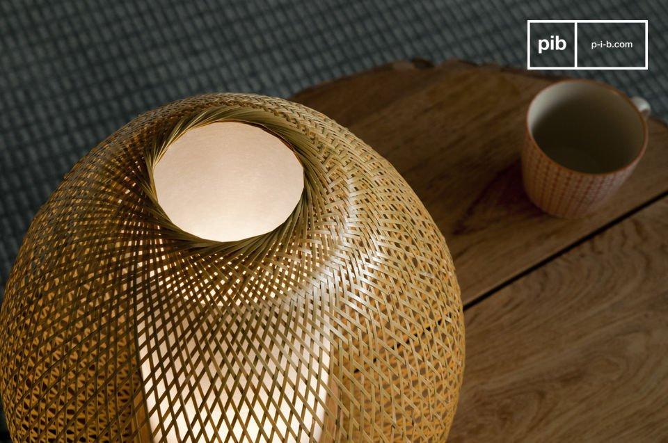 Bewundern Sie die Arbeit der gewebten Bambusstäbe aus denen diese leichte Tischleuchte besteht
