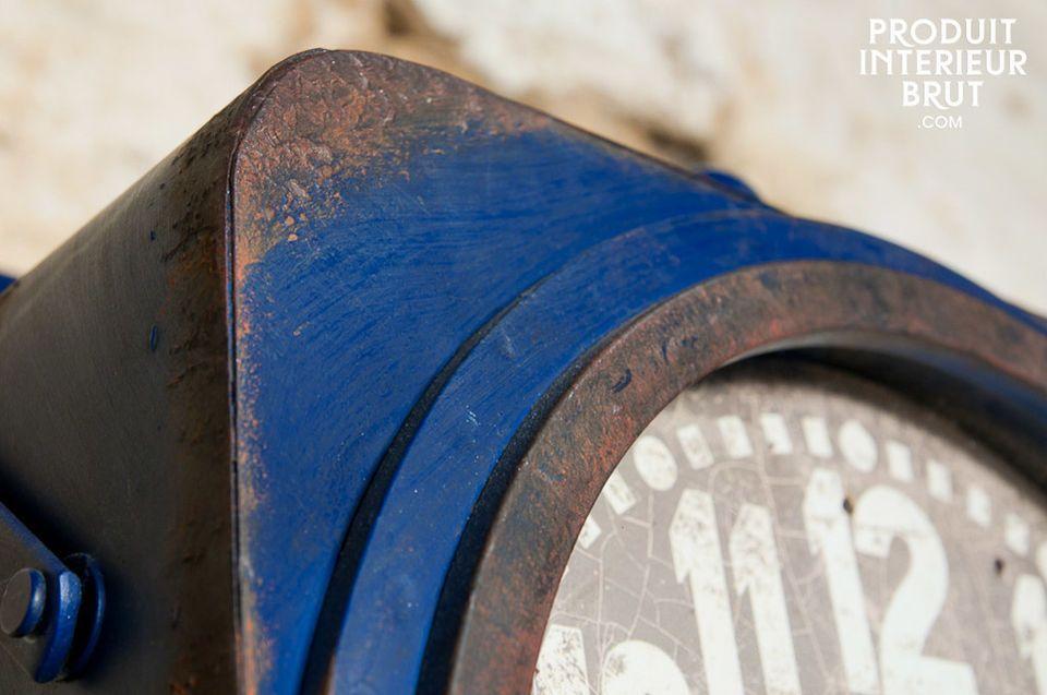 Tischuhr im resoluten shabby-chic Industriedesign