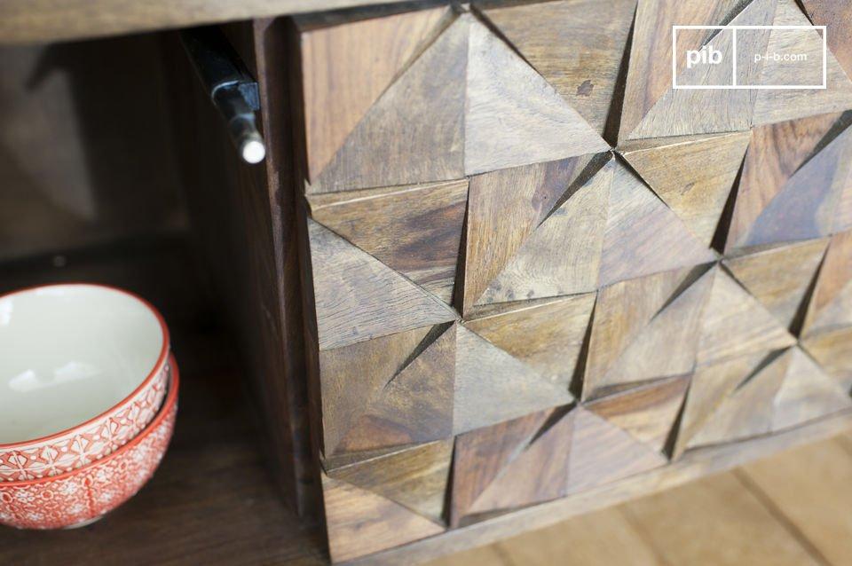 Das TV-Möbel Balkis vereint feine Holzbeine und zwei Türen mit geometrischen Reliefs und weist