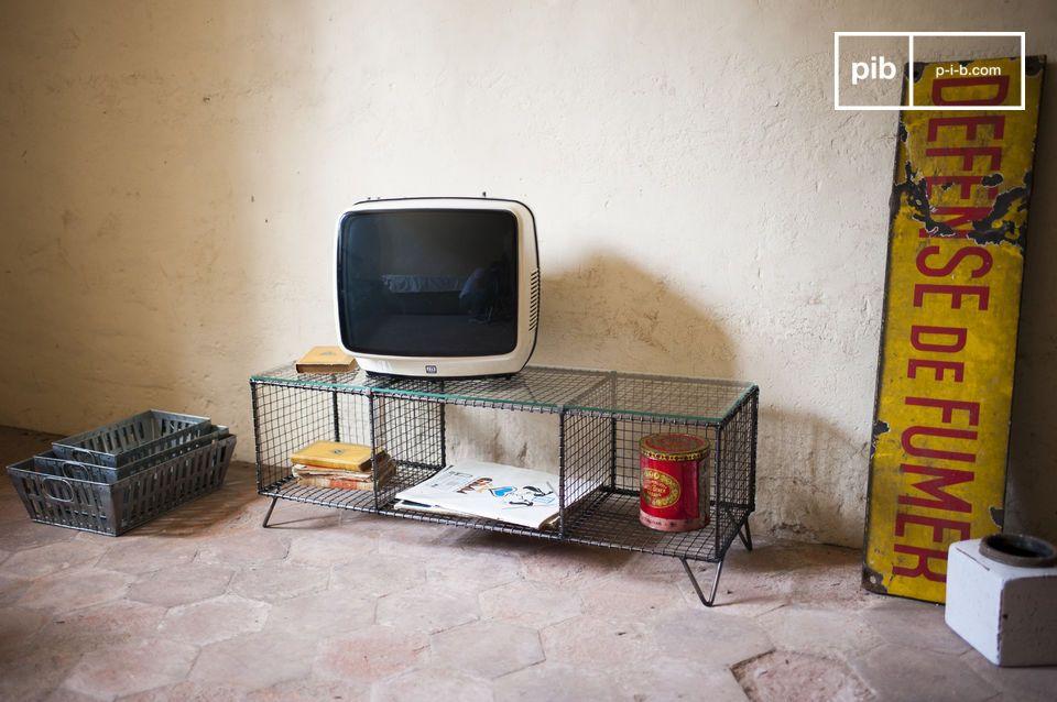Metall und Glas für ein einzigartiges Vintage TV-Möbel