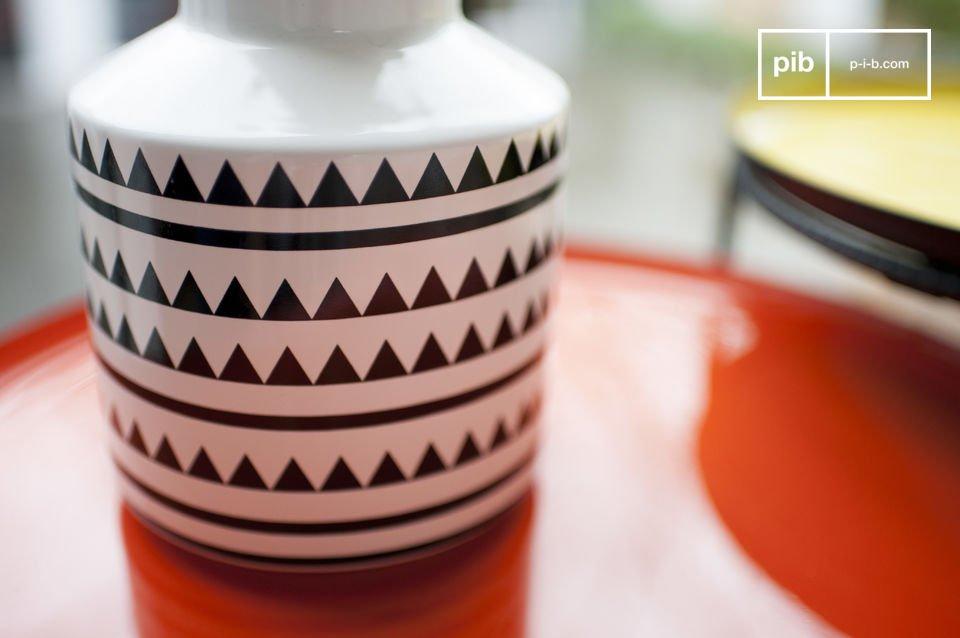 Eine kleine Keramikvase voller Stil