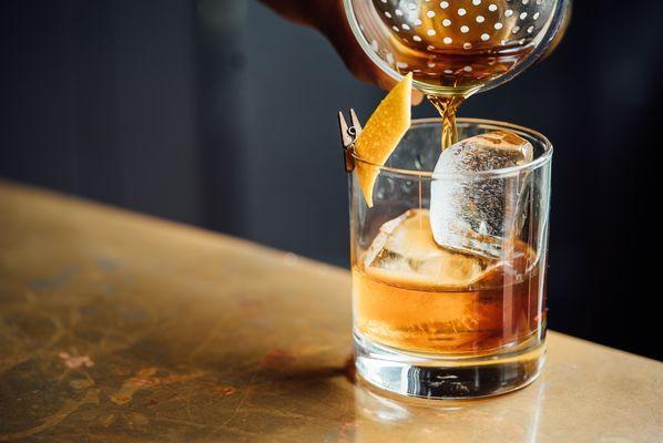 Vaso de whisky con mini pinzas