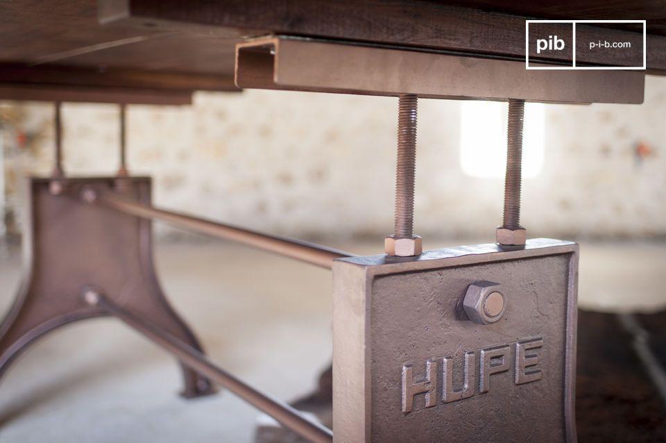 Dieser industrielle Tisch ist originell und zeichnet sich durch äußerst stimmige Proportionen und