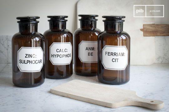 Vier Apothekerflaschen