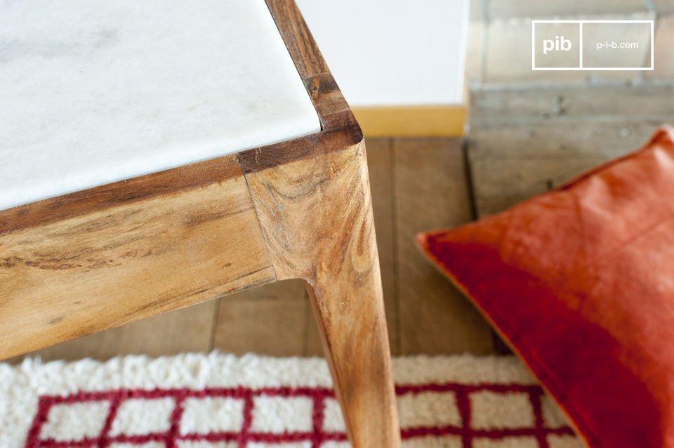 Der Tisch besteht aus einem wunderbaren Kontrast des weißen Marmors der Tischplatte und dem