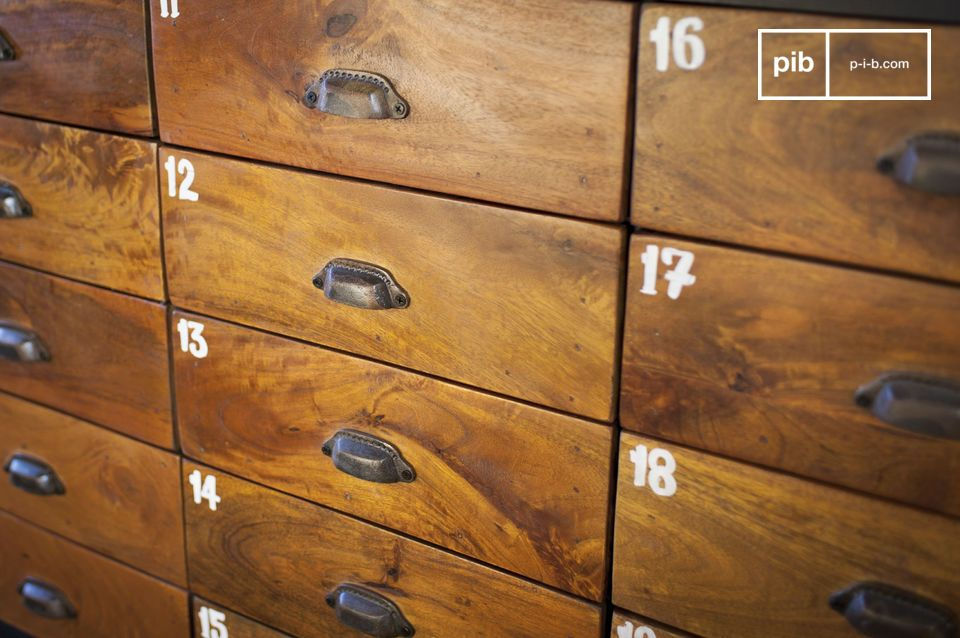 Die 20 lackierten Massivholzschubladen ergeben einen schönen Kontrast mit der metallischen Struktur