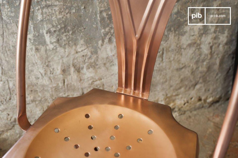 Der Stuhl wird hier in einer sehr trendigen kupferfarbenen Ausführung präsentiert