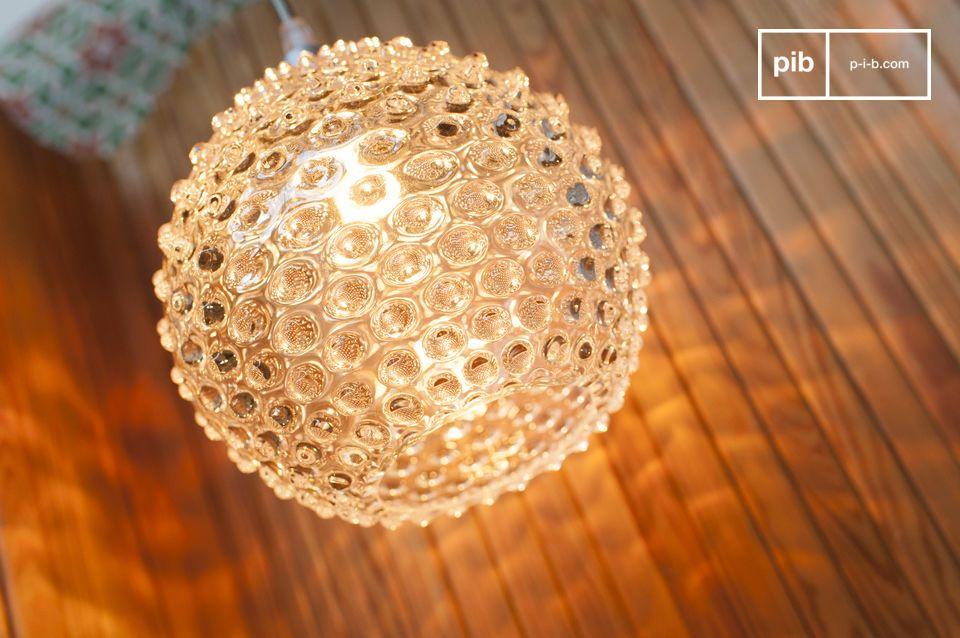 Die Wagram-Glasaufhängung besteht aus geblasenem Glas und vergrößert das von ihr gestreute Licht