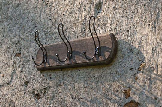 Wandgarderobe mit drei dreifachen Haken
