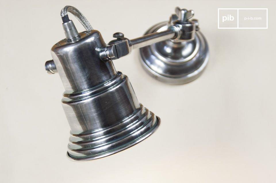 Diese Leuchte entstammt dem Industriedesign und besitzt mit Flügelschrauben fixierte Gelenke und