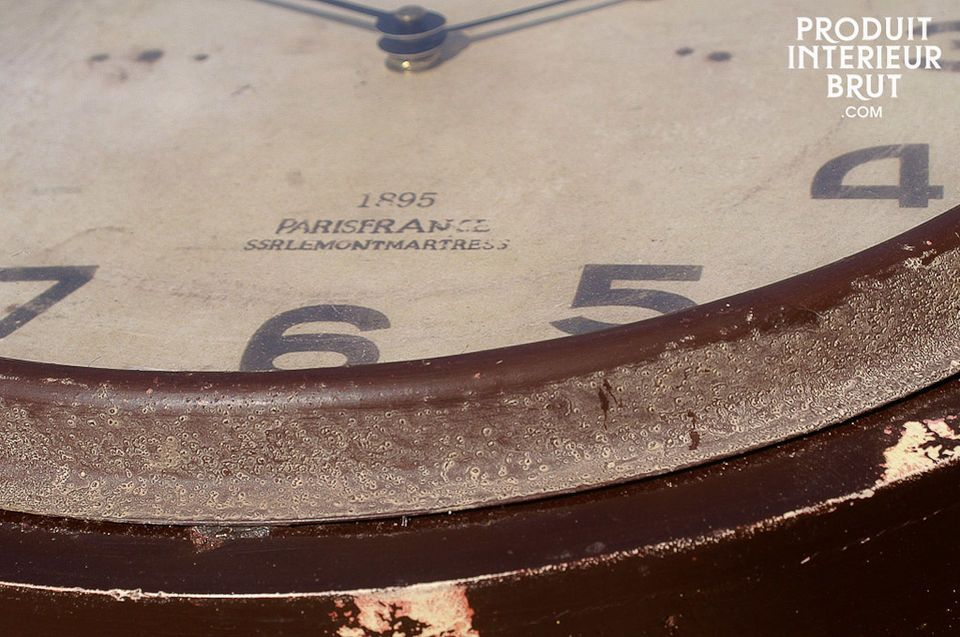 Die Uhr ist aus Holz und hat einen Durchmesser von 37 cm