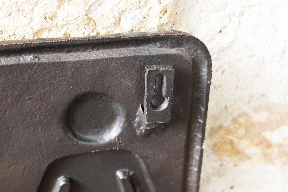 Dieses WC-Zeichen aus Bronze kann ebenfalls an öffentlichen Plätzen angebracht werden