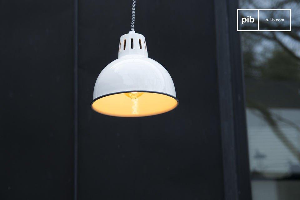 Die wunderschöne weiße Verarbeitung der Lampe Snöl lässt jeden Raum hell erleuchten und trägt