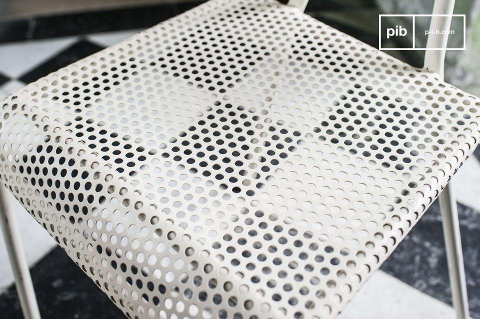 Durch seine weiße Farbe lässt sich der Stuhl ganz einfach in jede Einrichtung eingliedern