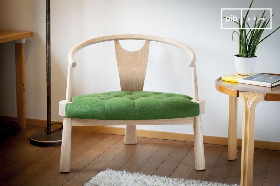 Ein bequemer und stilvoller dreibeiniger Sessel