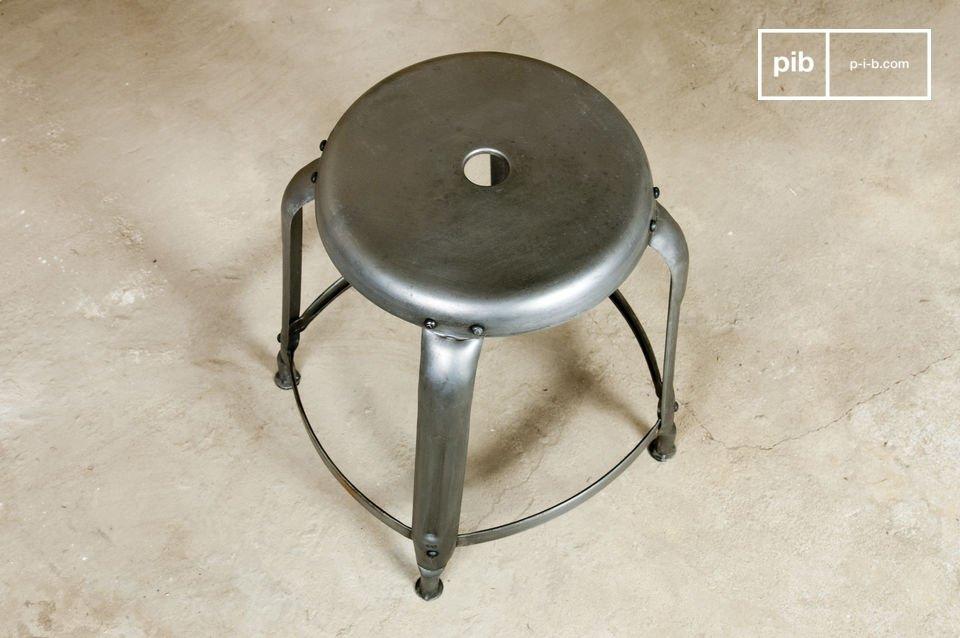 Garantiertes Werkstatt-Feeling mit diesem patinierten Metallhocker