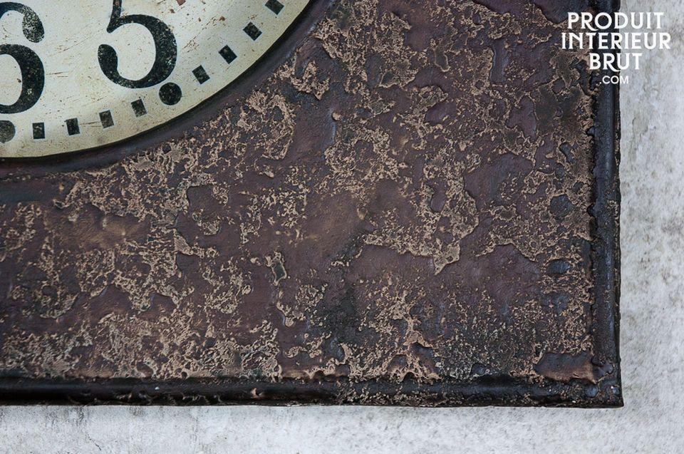 Die Uhrzeiger dieses Quarz-Uhrwerks zeigen auf große Ziffern im Retro-Stil und sind leicht von