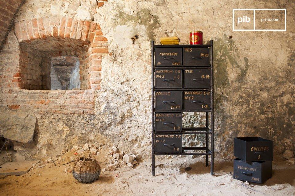 Dieses Möbel scheint direkt aus einer Werkstatt zu stammen, wie es sie heutzutage nicht mehr gibt