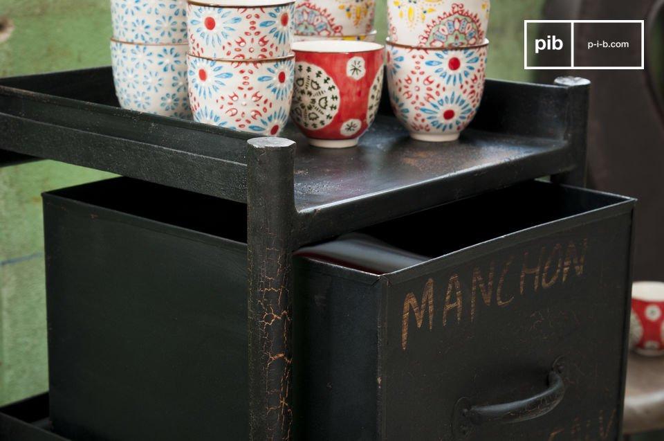 Dieses Möbel scheint mit seiner tollen dunkelgrauen Patina und den drei Schubladen mit Griffen