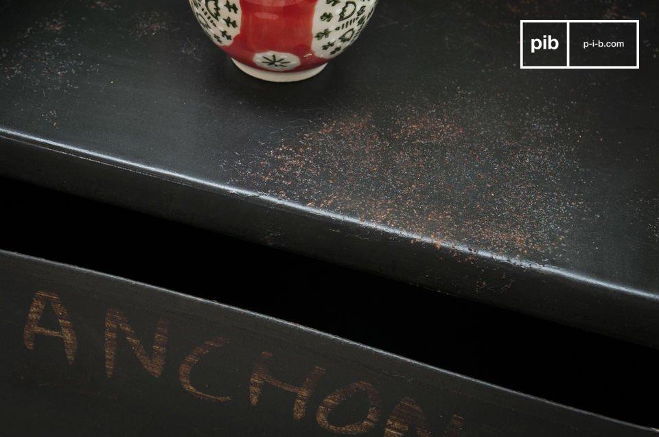 Der französische Name von verschiedenen Klempnerwerkzeugen wurde per Hand daraufgemalt und