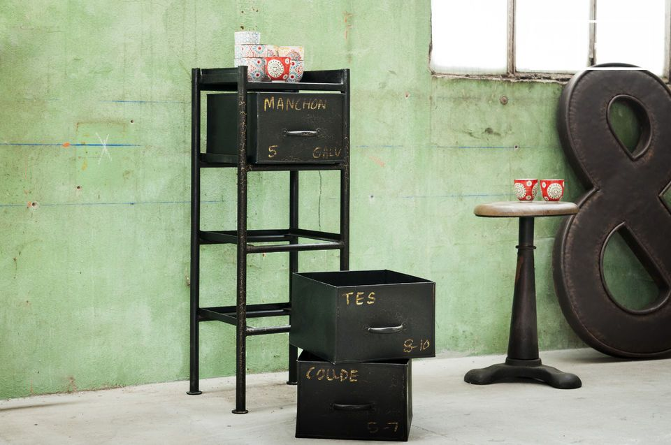 Ein Aufbewahrungsmöbel im industriellen Vintage Style