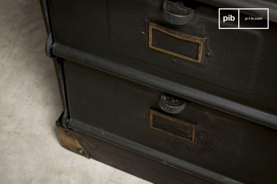 Dieses Möbel im unverwechselbaren Industriedesign wird jedem Raum eine originelle Note geben und
