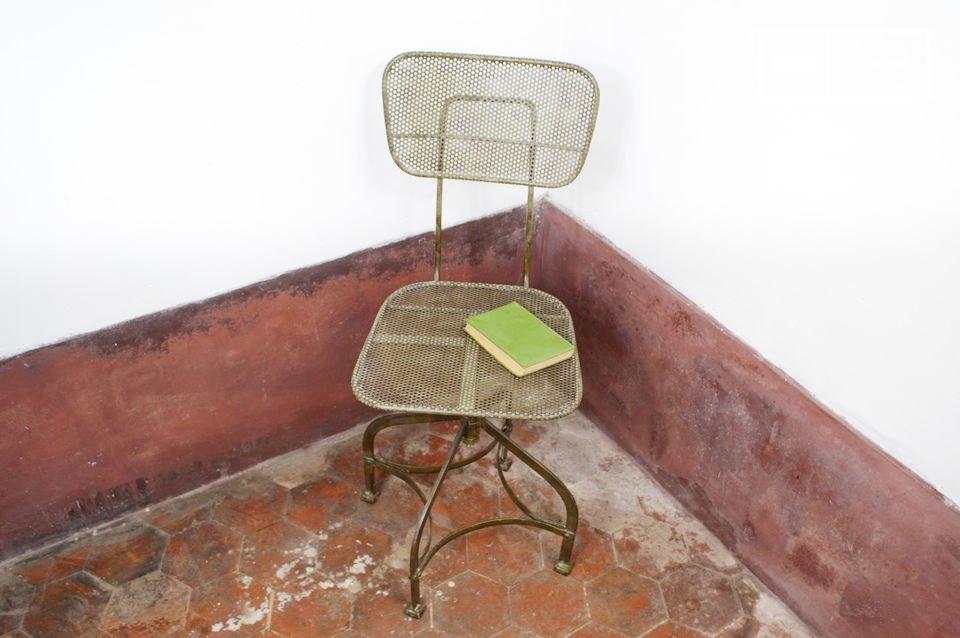 Dieser Stuhl besticht durch seine robuste Struktur aus Lochblech im Vintage  Industrial Design  und