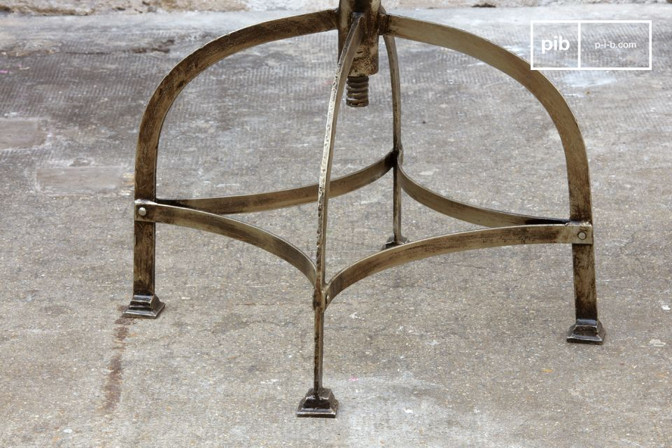 Ein praktischer und höhenverstellbarer Stuhl mit einer Sitzhöhe von 40 bis 55 cm und einem Griff