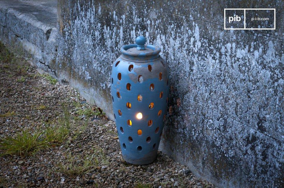Durch seine ovalen Öffnungen erzeugt es ein schönes, bernsteinfarbenes Licht