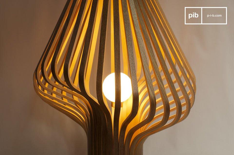 Die fast femininen Linien der 32 Holzlamellen mit Nuss-Finish der Leuchte Diva lassen niemanden kalt