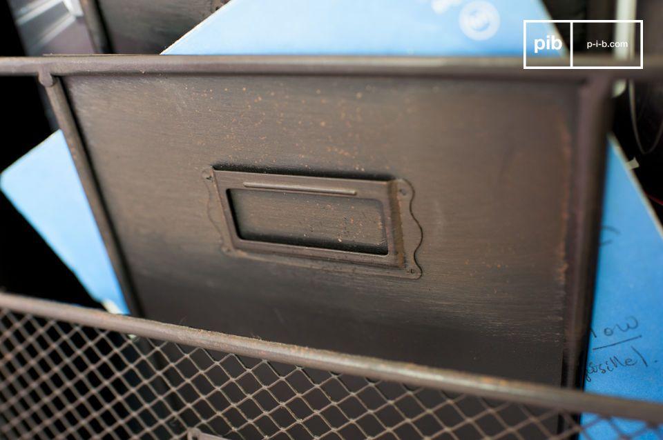 Dieser Prospekthalter besteht ganz aus Metall und besitzt die typischen Merkmale des Vintage
