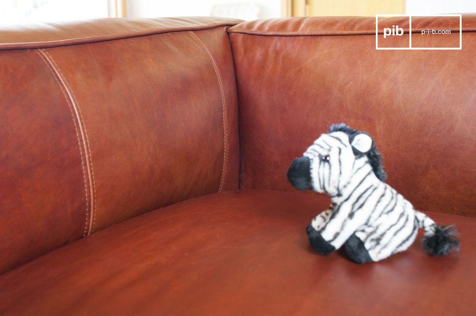 Die Ästhetik dieses Sofas ist vintage aufgrund seiner rot-braunen Lederfarbe